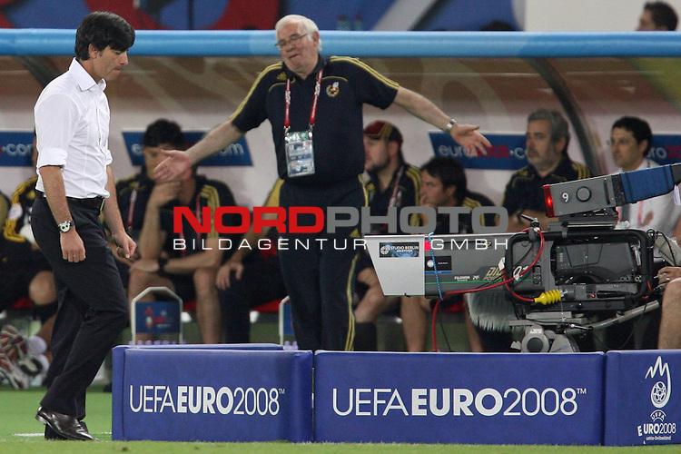 UEFA Euro 2008 Final Match 31 Wien - Ernst-Happel-Stadion. Deutschland ( GER ) - Spanien ( ESP ) 0:1. <br /> Joachim Loew (L&ouml;w) - ( Germany / Trainer / Coach ) (l) geht mit entt&auml;uschter Miene an Luis Aragon&eacute;s - ( Spanien / Trainer / Coach ) (M) vorbei.<br /> Foto &copy; nph (  nordphoto  )