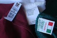 Etichette sui capi di abbigliamento che indicano il materiale e la provenienza..Labels on clothing that indicate the material and origin....