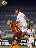 BARRANQUILLA- COLOMBIA - 12-09-2015: Yuberney Franco jugador de  Uniautonoma disputa   balon con  Martin Payares de Cortulua  durante partido  por la fecha 12 de la Liga Aguila II 2015 jugado en el estadio Metropolitano / Yuberney Franco  player of Uniautonoma fights the ball against Martin Payares   Cortulua during a match for the twelfth date of the Liga Aguila II 2015 played at Metropolitano  stadium in Barranquilla  city. Photo: VizzorImage / Alfonso Cervantes / Contribuidor