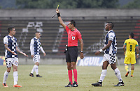 ITAGÜÍ - COLOMBIA, 04-09-2018: Eder Enrique Vergara Lora, arbitro, muestra la tarjeta amarilla a Juan David Duque del Chico durante el encuentro entre Leones FC y Boyaca Chico por la fecha 8 de la Liga Águila II 2018 jugado en el estadio Metropolitano de Itagüí. / Eder Enrique Vergara Lora, referee,  shows the yellow card to Juan David Duque of Boyaca during the match between Leones FC and Boyaca Chico for the date 6 of the Aguila League II 2018 played at Metropolitano stadium in Itagui city.  Photo: VizzorImage / León Monsalve / Cont