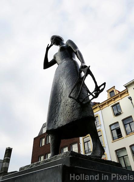 Nederland Nijmegen 2016 02 25. Beeld van Mariken van Nimwegen op de Grote Markt. Links de Boterwaag, rechts de poort naar het Stevenskerkhof.   Foto Berlinda van Dam / Hollandse Hoogte