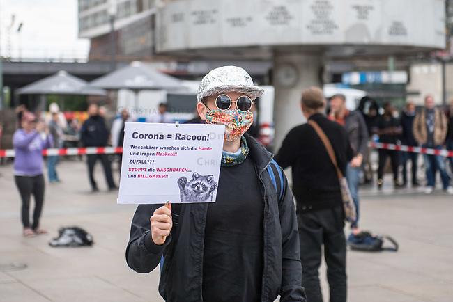 """Am Samstag den 16. Mai 2020 demonstrierten in Berlin an mehreren Orten mehrere hundert Menschen mit sog. """"Hygiene-Demonstrationen"""" gegen die Einschraenkungen zur Eindaemmung der Covid-19-Pandemie. An diesen """"Hygiene-Demonstrationen"""" nahmen vor allem Verschwoerungsanhaenger aber auch Hooligans, Neonazis und andere Rechte teil.<br /> Im Bild: Gegner der Corona-Beschraenkung auf dem Alexanderplatz.<br /> 16.5.2020, Berlin<br /> Copyright: Christian-Ditsch.de<br /> [NUR FUER REDAKTIONELLE ZWECKE! Werbung nur auf Anfrage beim Fotografen. Inhaltsveraendernde Manipulation des Fotos nur nach ausdruecklicher Genehmigung des Fotografen. Vereinbarungen ueber Abtretung von Persoenlichkeitsrechten/Model Release der abgebildeten Person/Personen liegen nicht vor. NO MODEL RELEASE! Don't publish without copyright Christian-Ditsch.de, Veroeffentlichung nur mit Fotografennennung, sowie gegen Honorar, MwSt. und Beleg. Konto: I N G - D i B a, IBAN DE58500105175400192269, BIC INGDDEFFXXX, Kontakt: post@christian-ditsch.de<br /> Bei der Bearbeitung der Dateiinformationen darf die Urheberkennzeichnung in den EXIF- und  IPTC-Daten nicht entfernt werden, diese sind in digitalen Medien nach §95c UrhG rechtlich geschuetzt. Der Urhebervermerk wird gemaess §13 UrhG verlangt.]"""
