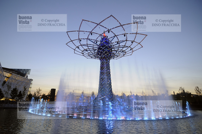 - Milano, Esposizione Mondiale Expo 2015,  l' Albero della Vita, simbolo dell'Expo<br /> <br /> - Milan, the World Exhibition Expo 2015, the Tree of Life, symbol of Expo