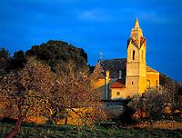 Spanien, Mallorca: Son Serra de Marina mit Dorfkirche im Abendlicht | Spain, Mallorca: Son Serra de Marina with village church at sunset light