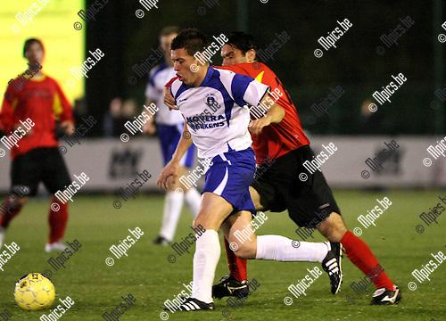 2009-10-23 / Voetbal / KSK Heist - Kapellen FC / Slovic probeert Wouter Van der Mieren (Heist) af te stoppen..foto: mpics