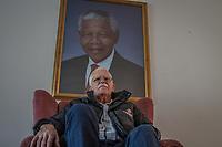 Jack Swart, der letzte Gefängniswächter von Nelson Mandela, in dem Haus im Drakenstein-Gefängnis in der Nähe von Paarl, Südafrika, in dem Mandela in den letzten Monaten seiner 27 Jahre langen Gefangenschaft inhaftiiert war