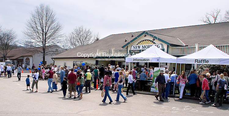 WOODBURY, CT - 21 APRIL 2007 - 042107JW07.jpg --Crowds enjoy the weather during the 13th Annual Earth Day Celebration at New Morning Natural and Organic food store Saturday afternoon. <br />  Jonathan Wilcox Republican-American