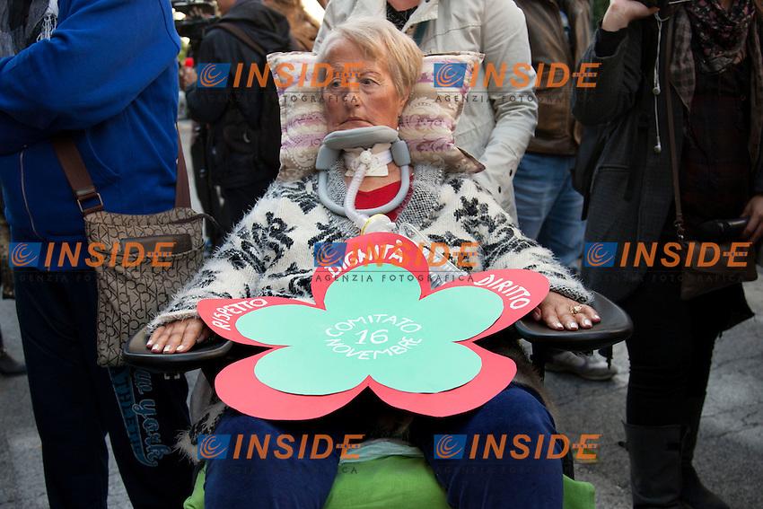 Raffaella Giavelli presidente del comitato 16 Novembre<br /> Roma 04-11-2014 Ministero dell'Economia e Finanze. Manifestazione dei malati di SLA, sclerosi laterale amiotrofica a seguito della riduzione dei finanziamenti pubblici<br /> Protest of SLA, Amyotrophic lateral sclerosis sufferers<br /> Photo Samantha Zucchi Insidefoto