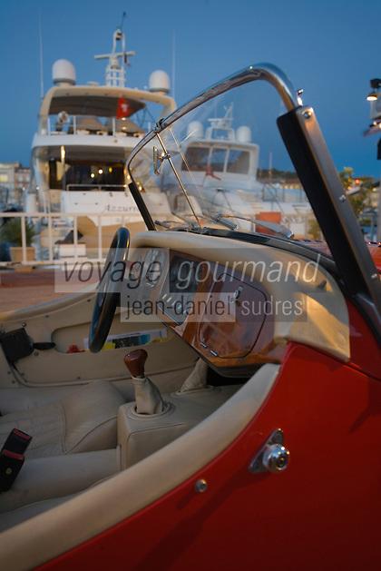 Europe/Provence-Alpes-Côte d'Azur/83/Var/Saint-Tropez: Le port -les Yachts  et voiture de sport Morgan - vue nocturne