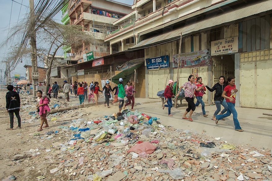 03 January, 2014 - Phnom Penh. A group of young garment factory workers flee from police. © Thomas Cristofoletti / Ruom 2014