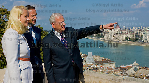 Hungarian president Laszlo Solyom shows the view of Budapest to Norvegian crown prince Haakon and princess Mette-Marit from his balcony in the Sandor's Palace.