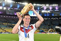 FUSSBALL WM 2014                       FINALE   Deutschland - Argentinien     13.07.2014 DEUTSCHLAND FEIERT DEN WM TITEL: Julian Draxler jubelt mit dem WM Pokal