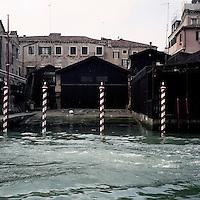 Venezia: vista su un canale..Venice: view over a canal.
