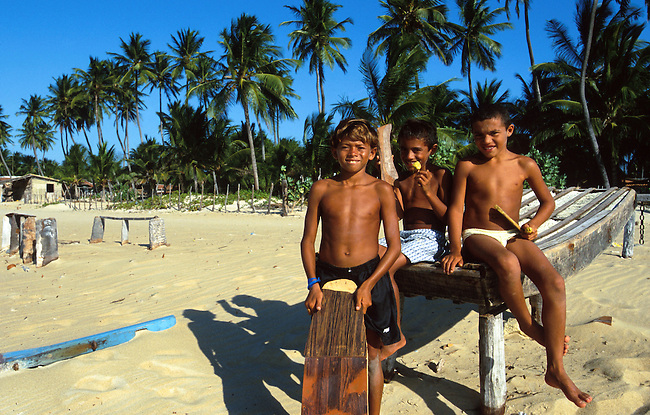Bresil, Ceara. Jeunes enfants sur la plage du village de Sao Jose do Gostoso *** Young boys on the beach of Sao Jose do Gostoso village, Ceara, Brazil.