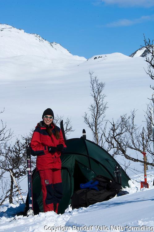 Jente foran grønt telt ---- Girl in front of green tent