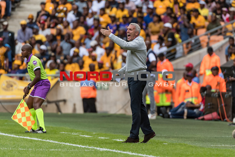 05.01.2019, FNB Stadion/Soccer City, Nasrec, Johannesburg, RSA, Premier League, Kaizer Chiefs FC vs Mamelodi Sundowns FC<br /> <br /> im Bild / picture shows <br /> Ernst Middendorp (Manager / Head Coach / Trainer Kaizer Chiefs FC) in Coachingzone / an Seitenlinie  <br /> during Matchday Kaizer Chiefs FC vs Mamelodi Sundowns FC, <br /> <br /> Foto © nordphoto / Ewert