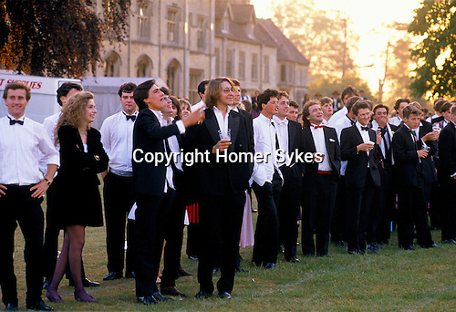CROWD OF YOUNG MALE & FEMALE STUDENTS STANDING OUTSIDE, DRINKING & LAUGHING, AT THE ROYAL AGRICULTURAL COLLEGE BALL, CIRENCESTER, 1990, 1990
