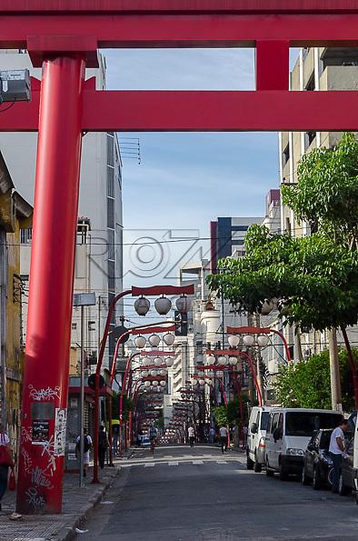 Portal oriental no bairro japonês da Liberdade, São Paulo - SP, 02/2013.