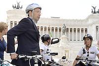 Roma,28 Giugno 2013<br />  Piazza Venezia<br /> Il sindaco di Roma Ignazio Marino in Bicicletta .<br /> Nella foto con la scorta degli agenti della Polizia Municipale  in bicicletta