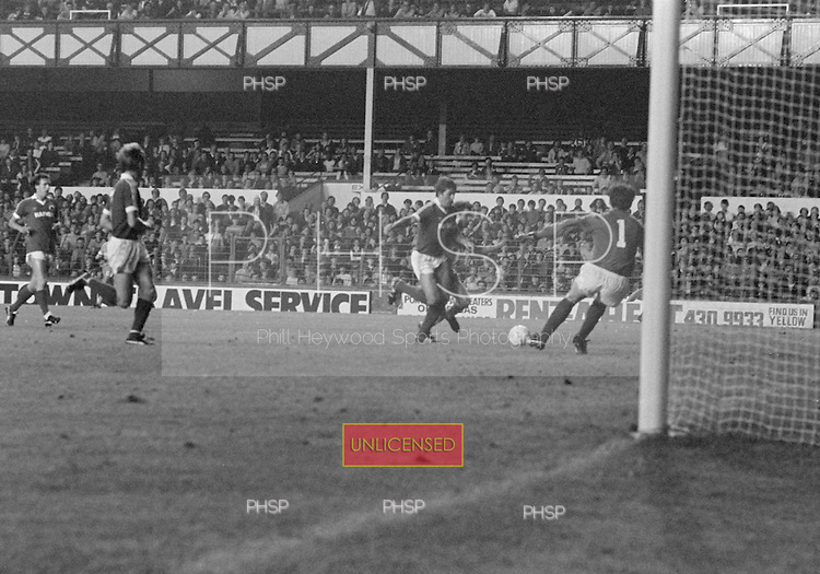 26/08/1980 Everton v Blackpool League Cup 2nd Round 1st Leg .Wayne Harrison blocked....© Phill Heywood.