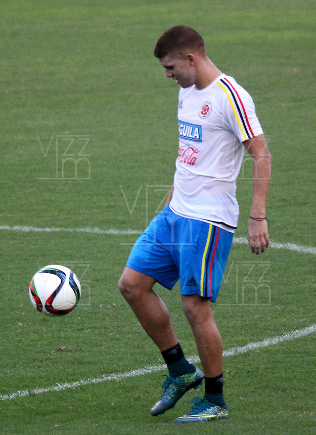BARRANQUILLA - COLOMBIA - 06-10-2015: Gustavo Cuellar jugador de la seleccion Colombia de futbol durante el segundo día de entrenamiento en el Polideportivo de la Universidad Autonoma del Caribe antes de su encuentro contra  la seleccion del Perú por la calsificación a la Copa Mundial de la FIFA Rusia 2018.  / Gustavo Cuellar player of the Soccer Colombia Team during the first day of training at Polideportivo of the Universidad Autonoma del  Caribe before match against of Peru Soccer team for the qualifying to 2018 FIFA World Cup Russia.<br /> Russia. Photo: VizzorImage / Alfonso Cervantes / Cont