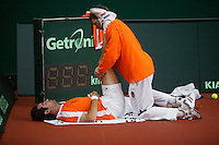 7-2-06, Netherlands, Amsterdam, Daviscup, first round, Netherlands-Russia, training ,Fysiotherapist Jurgen Roordink is stretching Raemon Sluiter during the warming up