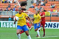 ATENÇÃO EDITOR FOTO EMBARGADA PARA VEÍCULOS INTERNACIONAIS - SAO PAULO, SP, 09 DE DEZEMBRO DE 2012 - TORNEIO INTERNACIONAL CIDADE DE SÃO PAULO - BRASIL x PORTUGAL: Lance da  partida Brasil x Portugal, válido pelo Torneio Internacional Cidade de São Paulo de Futebol Feminino, realizado no estádio do Pacaembú em São PauloFOTO: LEVI BIANCO - BRAZIL PHOTO PRESS