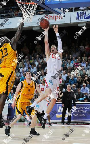 2011-05-19 / Basketbal / seizoen 2010-2011 / Antwerp Giants - BC Oostende / Michael Roll (Giants) probeert uit evenwicht te scoren..Foto: Mpics
