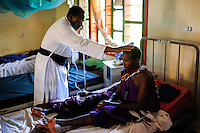 TANZANIA, Korogwe, village Kwalukonge, KWALUKONGE HEALTH CENTRE, priest gives prayer to patients / TANSANIA, Korogwe, KWALUKONGE HEALTH CENTRE, Krankenhaus der Rosminian Fathers und Usambara Sisters in Kwalukonge, Priester Ambrose Chuwa spricht ein Gebet fuer die Patienten