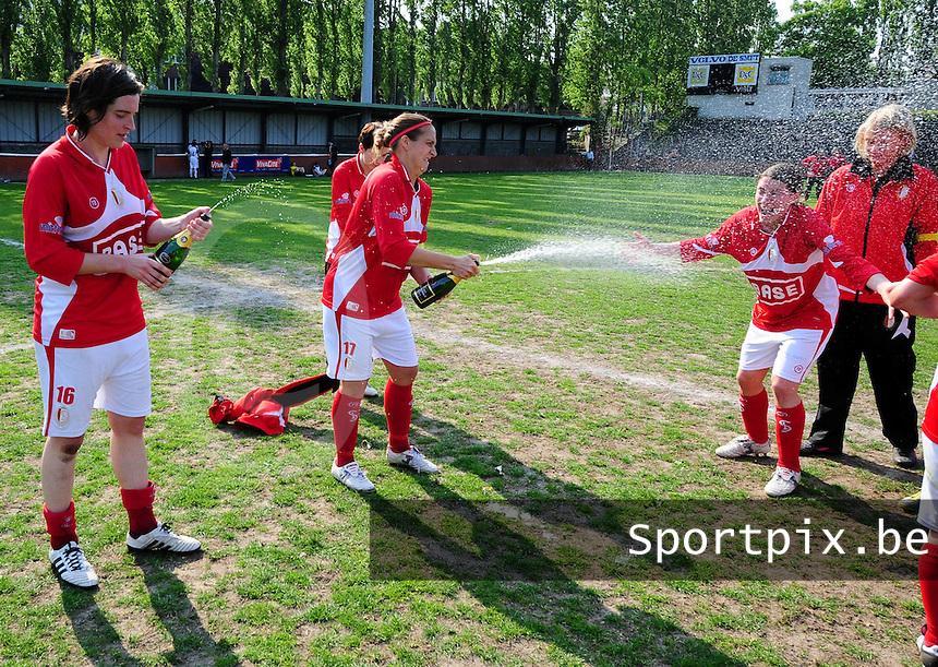 RSC Anderlecht Dames - Standard Femina : Standard kampioen 2010 - 2011 : Cecile De Gernier (links) en Maud Coutereels (midden) overgieten Audrey Demoustier en ploegmaats met schuimwijn.foto DAVID CATRY / Vrouwenteam / Loft6