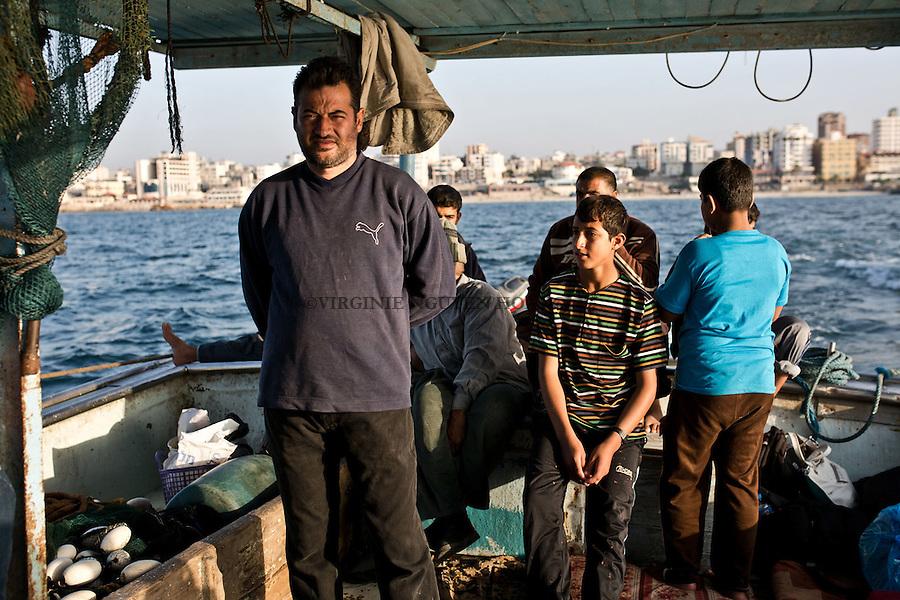 Gaza sea: Today Majed is the captain's assistant. He will give orders during the fishing.<br /> <br /> Mer de Gaza: Aujourd'hui, Majed est l'assistant du capitaine, c'est lui qui donnera les ordres lors de la p&ecirc;che.