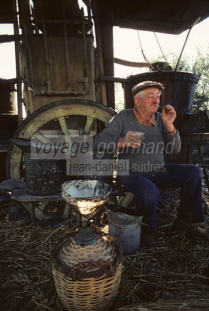 Europe/France/Midi-Pyrénées/46/Lot/Vallée du Célé/Viazac : Bouilleur de cru ambulant<br /> PHOTO D'ARCHIVES // ARCHIVAL IMAGES<br /> FRANCE 1980