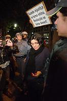 SÃO PAULO, SP, 07 DE OUTUBRO DE 2013 - PROTESTO PROFESSORES -Mulher exibe mão suja de sangue devido a um ferimento causado por pedra arremessada, durante protesto em solidariedade aos professores do Rio de Janeiro, na noite desta segunda feira, 07, região central da capital. FOTO: ALEXANDRE MOREIRA / BRAZIL PHOTO PRESS