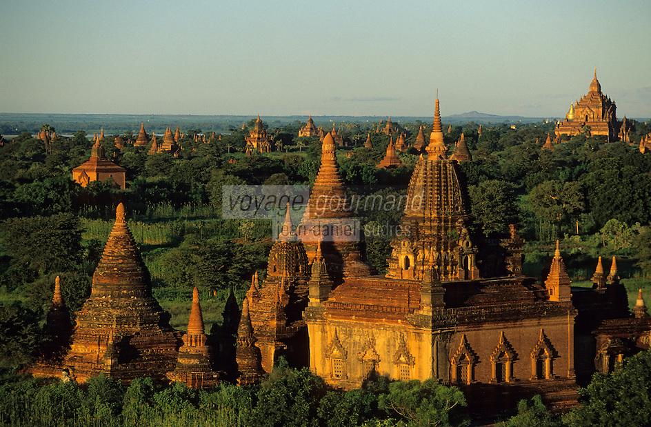 """Asie/Birmanie/Myanmar/Bagan: Coucher de soleil sur les pagodes depuis la pagode """"Shwesandaw"""""""
