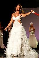 """Napoli Nicole Minetti sfila in abito da sposa durante l""""TUTTOSPOSI"""".nella foto Nicole Minetti in passerella.foto Ciro De Luca"""