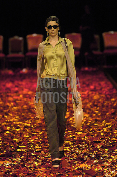 Sao Paulo, Brasil – 31/01/2004 - Desfile de Lino Villaventura durante o São Paulo Fashion Week  -  Inverno 2004. Foto : Agência Fotosite
