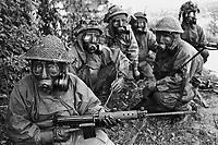- NATO exercises in Germany, British Army soldiers in NBC suit (September 1984)....- esercitazioni NATO in Germania, militari dell'esercito inglese in tenuta NBC (settembre 1984)