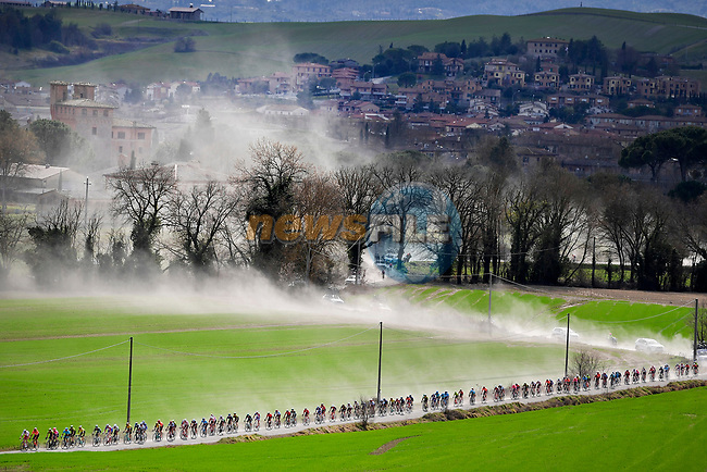 The peloton rising dust on sector 8 Monte Santa Maria during Strade Bianche 2019 running 184km from Siena to Siena, held over the white gravel roads of Tuscany, Italy. 9th March 2019.<br /> Picture: Eoin Clarke | Cyclefile<br /> <br /> <br /> All photos usage must carry mandatory copyright credit (© Cyclefile | Eoin Clarke)