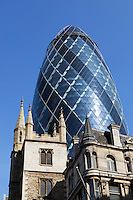 United Kingdom, England, London: The Gherkin (30 St Mary Axe) The Gherkin (30 St Mary Axe) looming above old buildings in City of London above old buildings in City of London | Grossbritannien, England, London: The Gherkin (30 St Mary Axe) ragt ueber die alten Gebaeude der City of London hinaus