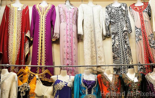 Nederland  Beverwijk  2017. De Bazaar in Beverwijk. De Bazaar in Beverwijk is al 37 jaar de plek waar uiteenlopende culturen samenkomen en is de grootste overdekte markt in Europa. De Bazaar bestaat uit verschillende marktdelen. De Oosterse Markt. Exclusieve marokkaanse kaftans van Caftan Biladi. Foto Berlinda van Dam / Hollandse Hoogte