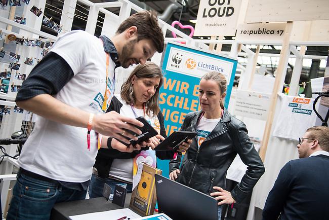 11. re:publica-Konferenz in Berlin<br /> Vom 8. bis 10. Mai 2017 findet in Berlin die elfte re:publica-Konferenz in Berlin unter dem Motto &bdquo;Love Out Loud&ldquo; statt. Die Veranstalter wollen mit dem Motto &bdquo;Love Out Loud!&ldquo; (LOL fuer positiv Denkende) ein &bdquo;Zeichen fuer Engagement und Emanzipation in der digitalen Gesellschaft setzen&ldquo;.<br /> Die Konferenz zum Thema Internet und digitale Gesellschaft bietet auf bis zu 18 Buehnen parallel mehr als 500 Stunden Programm. Ein guter Teil davon dreht sich um netzpolitische Fragestellungen aller Art. Erwartet werden ca. 8.000 Veranstaltungsteilnehmer.<br /> Im Bild: Der Stand des Oekostrom-Anbieters Lichtblick.<br /> 8.5.2017, Berlin<br /> Copyright: Christian-Ditsch.de<br /> [Inhaltsveraendernde Manipulation des Fotos nur nach ausdruecklicher Genehmigung des Fotografen. Vereinbarungen ueber Abtretung von Persoenlichkeitsrechten/Model Release der abgebildeten Person/Personen liegen nicht vor. NO MODEL RELEASE! Nur fuer Redaktionelle Zwecke. Don't publish without copyright Christian-Ditsch.de, Veroeffentlichung nur mit Fotografennennung, sowie gegen Honorar, MwSt. und Beleg. Konto: I N G - D i B a, IBAN DE58500105175400192269, BIC INGDDEFFXXX, Kontakt: post@christian-ditsch.de<br /> Bei der Bearbeitung der Dateiinformationen darf die Urheberkennzeichnung in den EXIF- und  IPTC-Daten nicht entfernt werden, diese sind in digitalen Medien nach &sect;95c UrhG rechtlich geschuetzt. Der Urhebervermerk wird gemaess &sect;13 UrhG verlangt.]