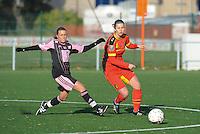 Belgian Red Flames - Arras (FR):<br /> <br /> Laura De Neve (R) is sneller op de bal dan Jennifer Bouchenna (L)<br /> <br /> foto Dirk Vuylsteke / Nikonpro.be