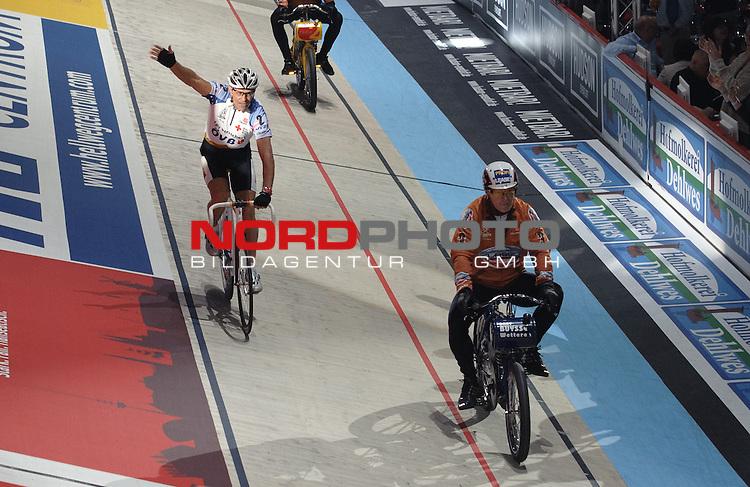 10.01.2014, &Ouml;VB Arena, Bremen, GER, Sixdays Bremen, im Bild Danny Clark gewinnt das Rennen<br /> <br /> Foto &copy; nordphoto / Frisch