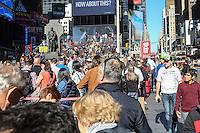 NEW YORK, NY, 11.10.2016 - INGRESSOS-NY - Fila para compra de ingressos de espetáculos da Broadway é vista na Times Square em New York nesta terça-feira, 11. (Foto: William Volcov/Brazil Photo Press)