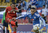 BOGOTA - COLOMBIA -30 -07-2016: Harrison Henao (Der) jugador de Millonarios disputa el balón con Hilton Murillo (Izq) jugador de Rionegro Águilas durante partido por la fecha 6 de la Liga Aguila II 2016 jugado en el estadio Nemesio Camacho El Campin de la ciudad de Bogota./ Harrison Henao (R) player of Millonarios fights for the ball with Hilton Murillo (L) player of Rionegro Aguilas during match for the date 6 of the Liga Aguila II 2016 played at the Nemesio Camacho El Campin Stadium in Bogota city. Photo: VizzorImage / Gabriel Aponte / Staff.