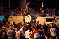 EGITTO, IL CAIRO 9/10 settembre 2011: assalto all'ambasciata israeliana. Migliaia di manifestanti egiziani, ancora infuriati per l'uccisione di cinque guardie di frontiera egiziane da parte dell'esercito israeliano, hanno fatto irruzione nella sede diplomatica israeliana e sono stati poi sgomberati da esercito e polizia egiziana. Nell'immagine: folla di manifestanti ed esercito egiziano con i blindati.<br /> Egypt attack to the Israeli embassy  Attaque &agrave; l'ambassade israelienne Caire