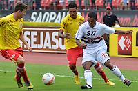 SÃO PAULO, SP, 26 DE JANEIRO DE 2013 - CAMPEONATO PAULISTA - SÃO PAULO x ATLÉTICO SOROCABA: Jogador Tiago (d) durante São Paulo x Atlético Sorocaba, partida válida pela 3ª rodada do Campeonato Paulista de 2013, disputada no estádio do Morumbi em São Paulo. FOTO: LEVI BIANCO - BRAZIL PHOTO PRESS.