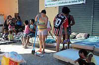 SÃO PAULO, SP,06 FEVEREIRO 2012-Sem Teto. Mulher limpa acampamento na Av Sao Joao com Rua Dom Jose de Barros. no centro de Sao Paulo (FOTO: ADRIANO LIMA - NEWS FREE).