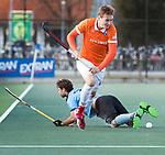 WASSENAAR - Hoofdklasse hockey heren, HGC-Bloemendaal (0-5). Floris Wortelboer (Bldaal) passeert Dick Mohlmann (HGC) .  COPYRIGHT KOEN SUYK
