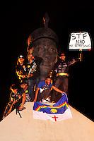 RIO DE JANEIRO,RJ,19.09.2013: AMORDAÇADOS PELA DITADURA- Manifestantes fizeram um protesto no Centro do Rio contra e repressão e a prisão de manifestantes. O grupo se reuniu na Candelária as 18 horas e sairam em passeata até a sede da prefeitura ocupando a Avenida Presidente Vargas. O monumento de Zumbi dos Palmares foi ocupada por uma parte do grupo. O trânsito foi desviado por policiais e agentes da Sete Rio. SANDROVOX/BRAZILPHOTOPRESS